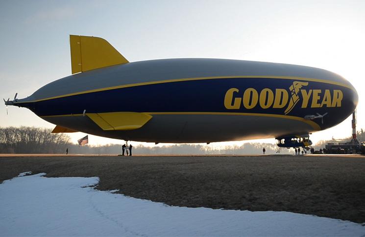 Control gondola and ground crew of Hindenburg. Source: www.airships.net