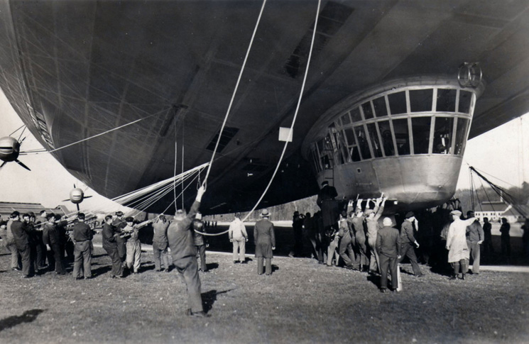 Control gondola and ground crew of Hindenburg. Source: www.airships.net
